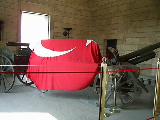 Anıtkabir Zafer Kulesi ve top arabası